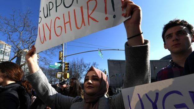 近年来不少示威者抗议中国政府损害维吾尔人自由