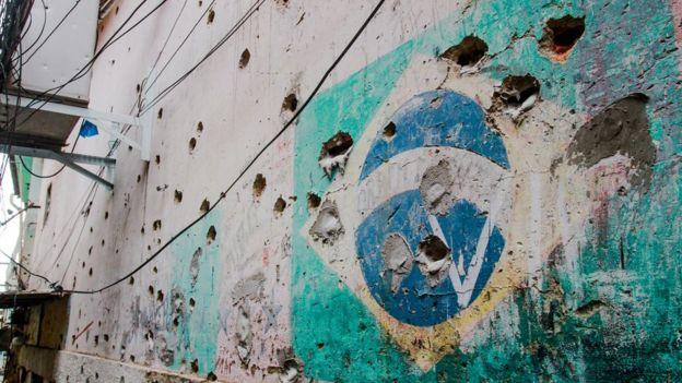 Marcas de balas en la fachada de una casa.