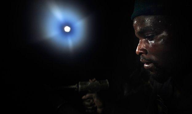 Hombre trabajando en las minas de tungsteno en la República Democrática del Congo
