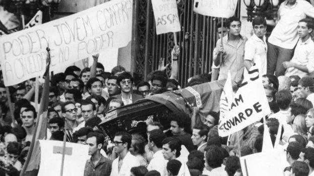 O enterro do estudante Edson Luís, assassinado em março de 1968 no Rio por policiais militares no restaurante Calabouço, em 28 de março de 1968; sua morte desencadeou uma série de manifestações contra o regime militar