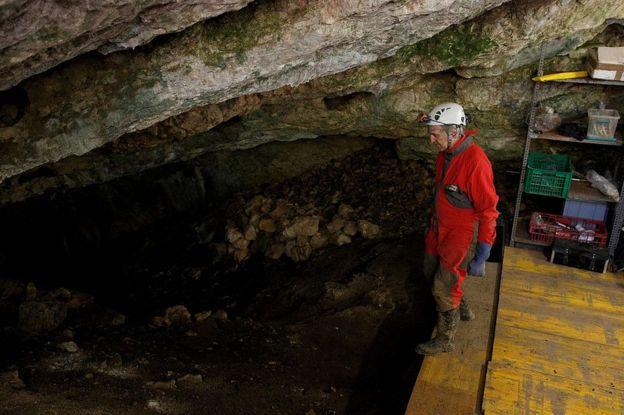 Juan Luis Arsuaga listo para adentrarse en la Sima de los Huesos, en el yacimiento de Atapuerca, Burgos, el 16 de julio de 2015.