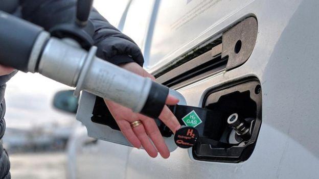 Pessoa abastecendo carro com hidrogênio