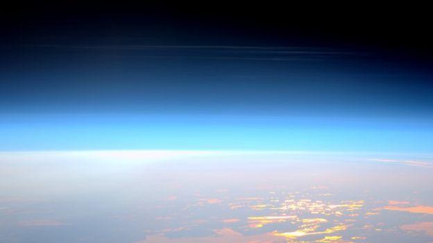 Nubes noctilucentes vistas desde la Estación Espacial Internacional