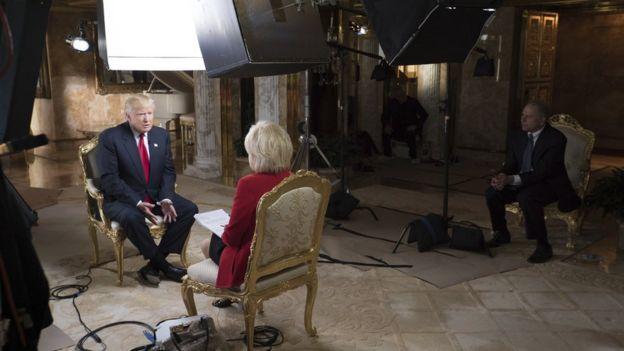 La presentadora Lesley Stahl, de CBS, sentada para entrevistar a Donald Trump en la casa del millonario.
