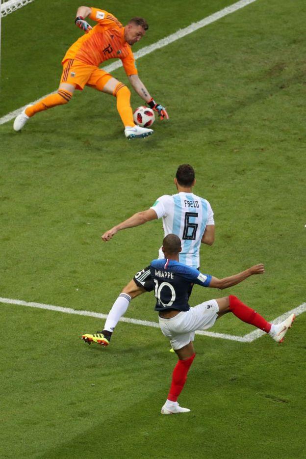 Mbappé dispara y el balón pasa por debajo de Armani.