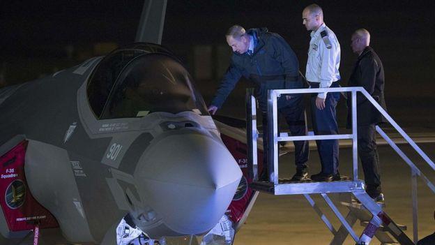 بنیامین نتانیاهو، نخست وزیر اسرائیل در مراسم تحویل اولین جنگندههای اف-۳۵ در سال ۲۰۱۶