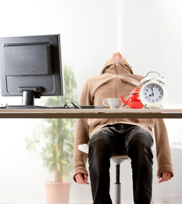 Homem dorme no escritório