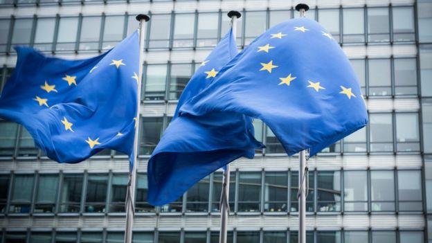 banderas de la UE afuera del Parlamento Europeo.