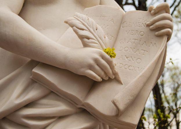 Escultura con libro