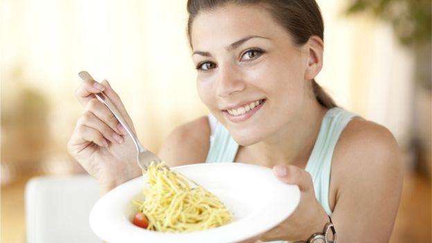 Mulher comendo macarrão