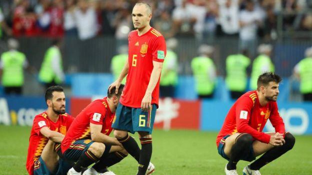 Los jugadores españoles en el campo, tras caer eliminados.