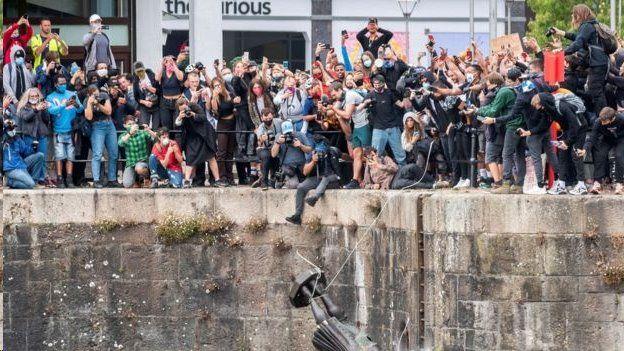 Derrubada de estátua de britânico por ativistas antirracistas