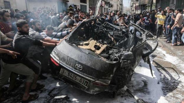 Este auto calcinado, que aparentemente pertenecía a un militante de Hamás, fue uno de los objetivos de los ataques de Israel este domingo.