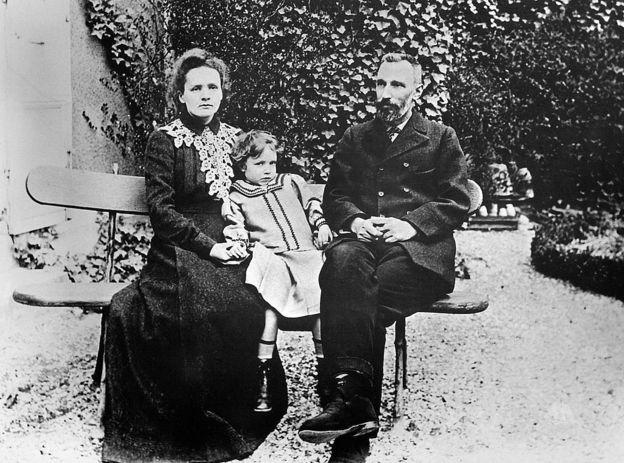Marie Curie com a filha e o marido, Pierre Curie, em 1904
