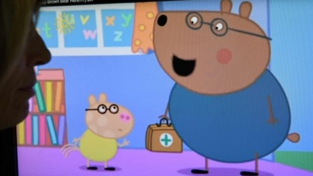 El doctor Brown Bear en una escena de Peppa Pig.