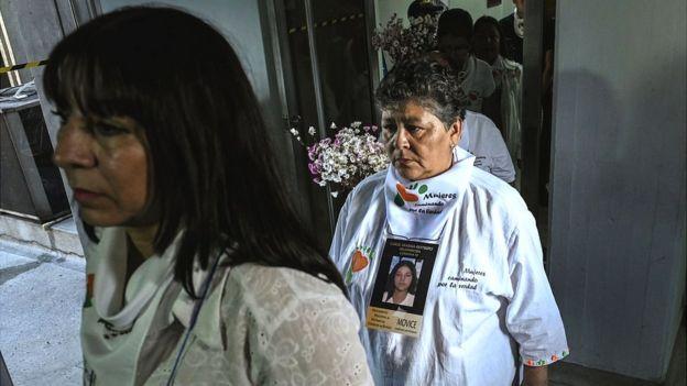 Víctimas del conflicto armado en Colombia ingresan a una audiencia de la Jurisdicción Especial de Paz.