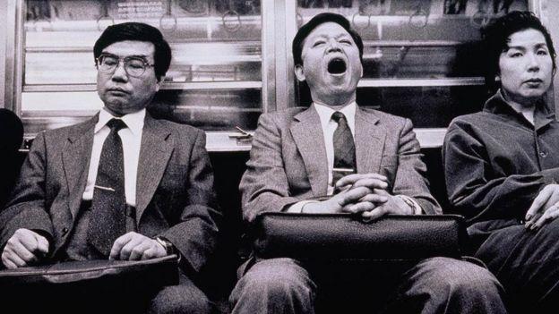 ركاب يتجهون إلى أعمالهم في قطار في اليابان