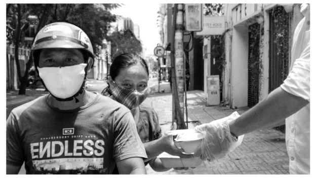 Hai vợ chồng lần đầu nhận cơm chay từ thiện từ Nhà hàng Sân Mây trên đường Nguyễn Văn Thủ Q1