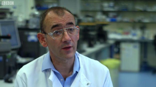 Doctor Alastair Henry, investigador de la osteoporosis