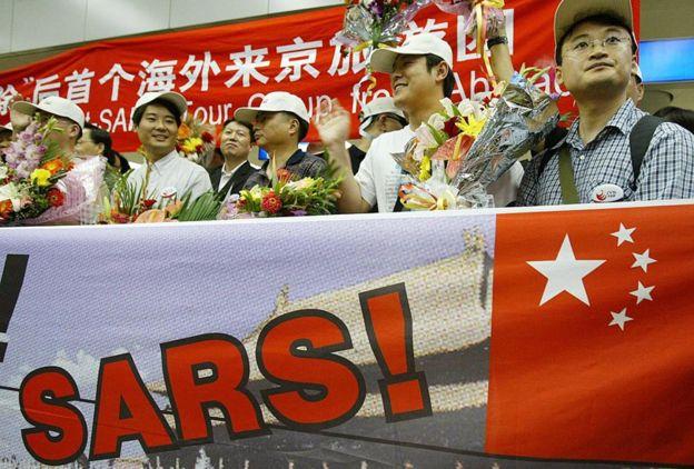 Встреча первого рейса с туристами из Южной Кореи после снятия карантина из-за Sars в Пекине в июне 2013 года