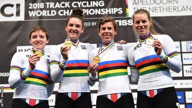 Catlin junto al equipo ciclista estadounidense de persecución por equipos.