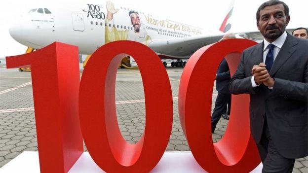 أحمد بن سعيد آل مكتوم رئيس طيران الإمارات أثناء تسلم الطائرة رقم 100 من طراز ايرباص A380