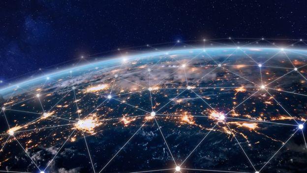 Pontos luminosos em volta do globo terrestre indicam dispositivos de telecomunicação