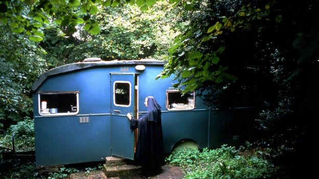 Sister Wendy Beckett, TV art historian, dies at 88 - BBC News