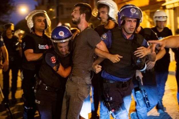 İstanbul'da gözaltına alınan bir gösterici