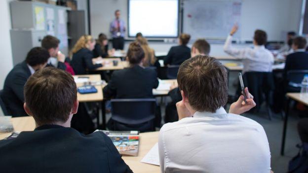 Jóvenes en un salón de clase