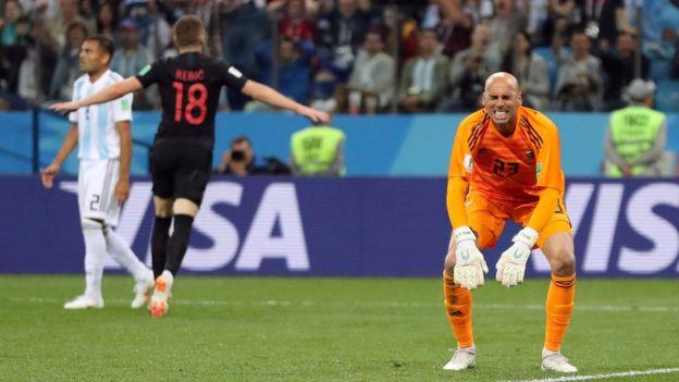 Rebic celebra el gol de Croacia contra Argentina y Willy Caballero lamenta su error