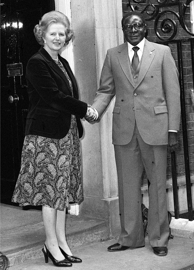 Mugabe, ugaragara hano mu ifoto yo mu 1980 ari kumwe na Minisitiri w'intebe w'Ubwongereza w'icyo gihe Margaret Thatcher, akigera ku butegetsi yatangiye afite gahunda yo kwiyunga n'abahinzi b'abazungu bahoze ari abanzi be, abemerera kugumana umutungo wabo.