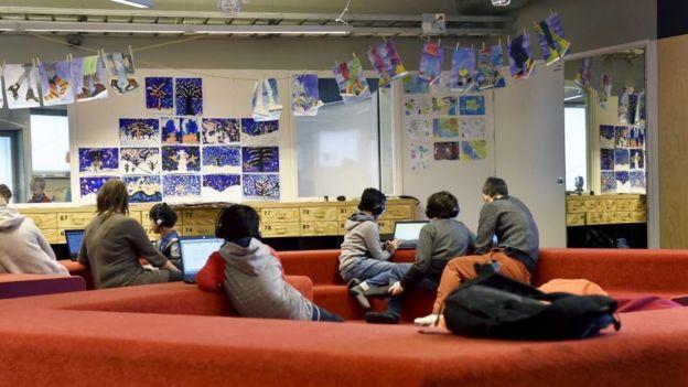 Estudiantes de la escuela primaria de la zona de Kalasatama en Helsinki, Finlandia