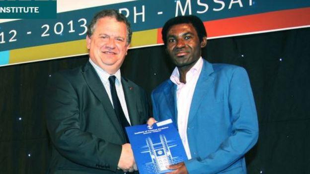 Richard Mouzoko (derecha) y el director del Institute of Tropical Medicine, Bruno Gryseels.