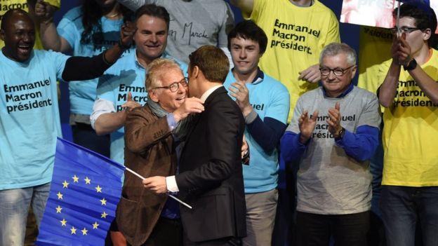 Emmanuel Macron con una bandera de la UE