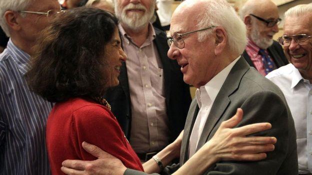 Fabiola Gianotti y Peter Higgs