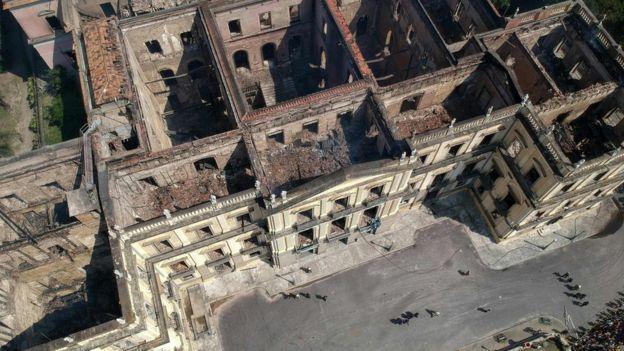 vista aérea do museu nacional destruído pelo fogo