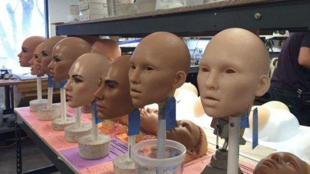 عروسک های این کارخانه در چند مرحله تولید می شوند