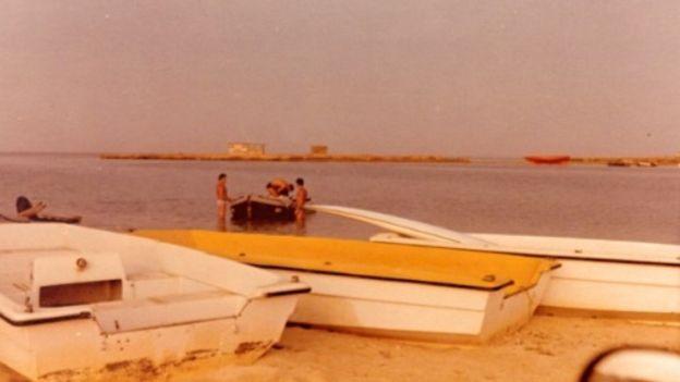 Barcos em Arous, com agentes da Mossad ao fundo