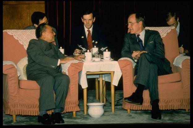"""老布什更是中国领袖口中的""""老朋友"""",与邓小平私交甚笃。"""