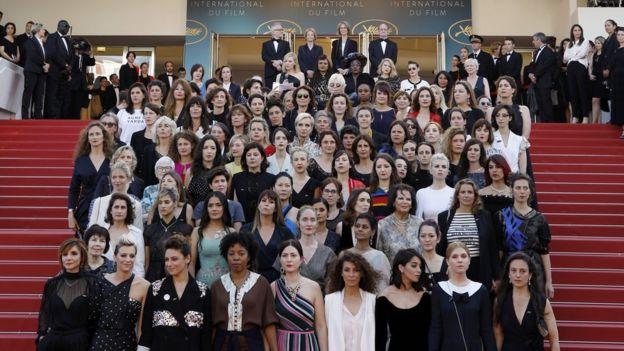 Актрисы и женские режиссеры стоят на ступеньках красной дорожки в знак протеста против отсутствия женских кинематографистов, отмеченных на протяжении всей истории фестиваля на 71-м ежегодном Каннском кинофестивале в Каннах, Франция, 12 мая 2018 года.