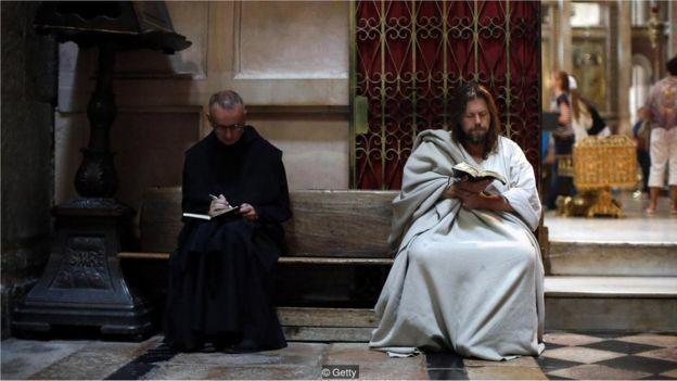 Um peregrino lê a Bíblia na Igreja do Santo Sepulcro, em Jerusalém