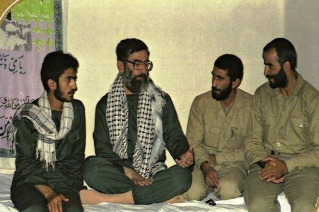 از راست ابراهیمزاده و قاآنی کنار آیتالله خامنهای رهبر ایران در دوران جنگ ایران و عراق