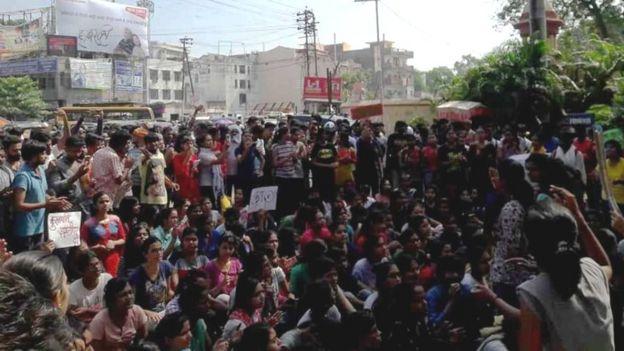 बीएचयू के बाहर छात्राओं का प्रदर्शन