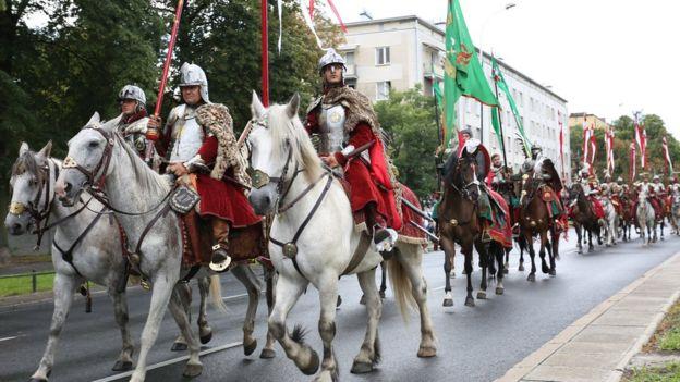 Đội kỵ binh diễu hành của Quân đội Ba Lan ngày nay mang trang phục thời xưa