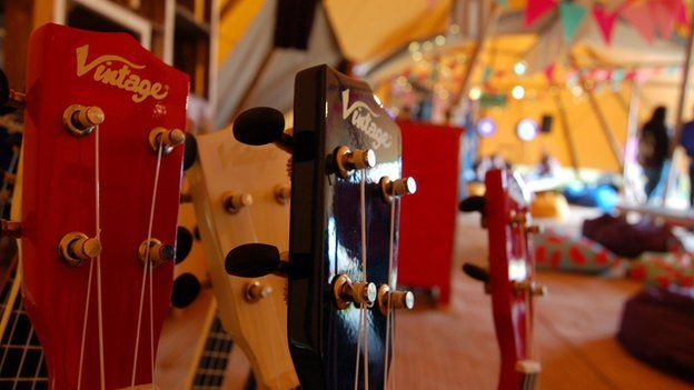 Mae'r iwcalilis yn cael hoe yng Nghaffi Maes B heddiw // The ukeleles are back in their rack for the time being