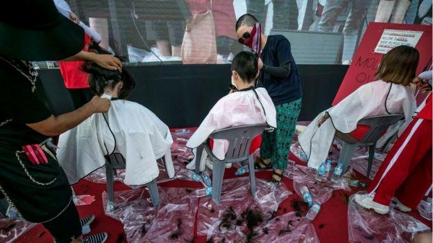 Mujeres afeitándose la cabeza