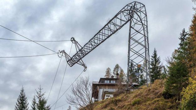 Опора линии электропередачи опрокинута в Беллуно в результате штормового ветра