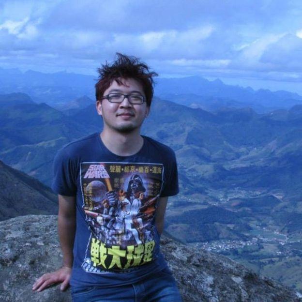 Rodrigo Tanaka com montanhas ao fundo