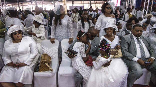 مشيعو إليزابيث ووشو أونيومبي يرتدون ملابس بيضاء في جنازتها في كينشاسا ، جمهورية الكونغو الديمقراطية